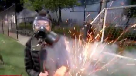美媒一名女記者正直播 突然被閃光彈擊中!