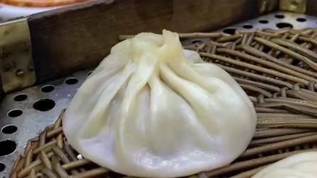 西安美食灌汤包的正确吃法,蘸上辣椒油真是美味极了,一口气是好几个!