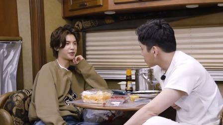 黄明昊探班王大陆拍戏现场, 默默等待哥哥的亚子好乖