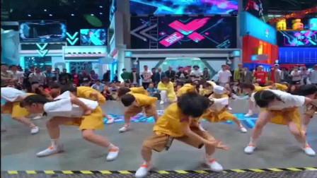 这就是街舞:第三季的开场秀现场一首《师父我要跳舞了》用萌娃的方式打开,现场瞬间点燃。