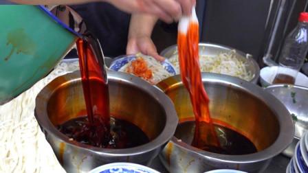 他靠一碗辣椒油,成西安第一米皮,十几平米小店顾客坐到马路边