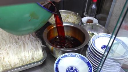 他靠一碗辣椒油成西安第一米皮,辣椒油靠手抓,理想成为西安老干妈!