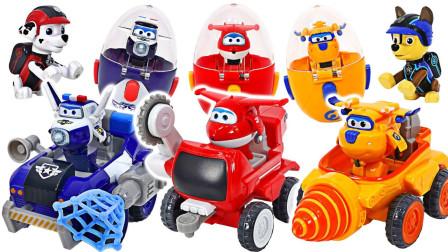 小飞侠们驾驶汽车玩具帮助伙伴们