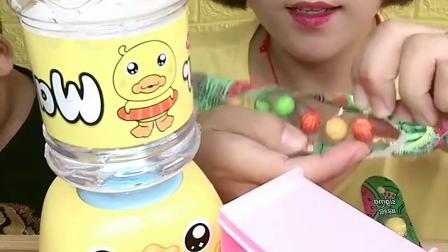 美女和宝宝试吃西瓜泡泡糖,挺好吃,你想吃吗?
