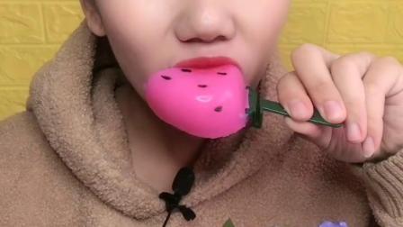 美女试吃果冻大草莓,你吃过吗?