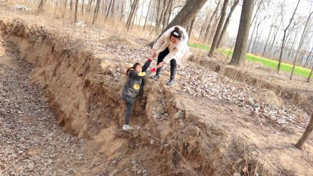 童年逆袭3:好心阿姨救出大美,却又把大美扔在路上,为什么呢?