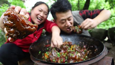 胖妹家2头猪,伙食真的好知足,天天水果来填肚,吃饱喝足真舒服