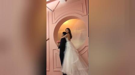 拍婚纱照时新娘一脸幸福, 穿上白色婚纱很是迷人!