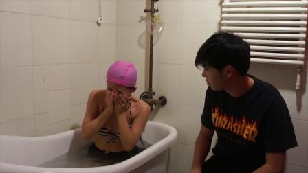 《艾米粒日记》  俏皮美女浴缸潜水 玩自拍摔伤