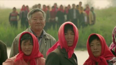 《哺乳期的女人》  余男秀丰满双峰 遭村民围观看傻眼