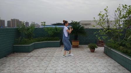 点击观看《四川富顺时尚广场舞 鬼步舞 女人没有错》