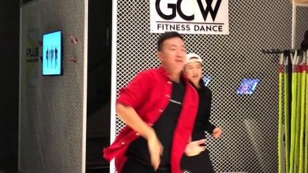 点击观看《王广成广场舞《一起笑出来》动感健身舞蹈视频 正面示范》