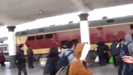 K130次 (齐齐哈尔-长春) 大庆火车站进站 喇叭不响了:P  201011261245