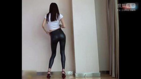 黑色紧身皮裤美女性感翘臀热舞自拍视频[高清版