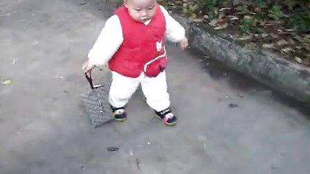拖钱包走路的小孩