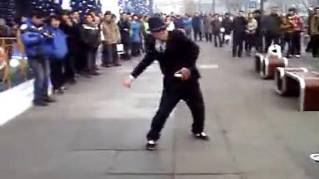 江南style 中国艺人易红涛在北京西单大悦城表演欢跳消魂版江南style骑马舞