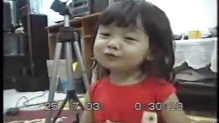 唱歌表情超可爱的小女孩