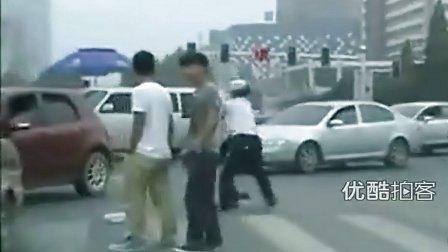 [拍客]河北唐山市疑似女交警在马路上打架
