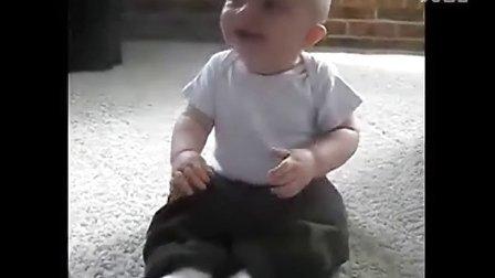 搞笑集锦幽默录像】被吸尘器逗笑的宝宝
