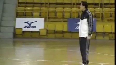 排球视频教学:16(跳发球技术、侧垫技术)