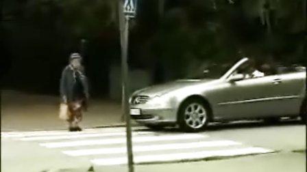 黑社会老太太过马路