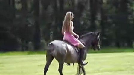 国外美女骑马