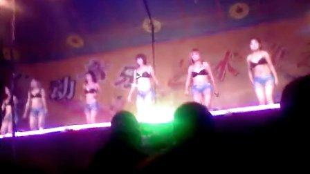 农村歌舞团给力演出2 300x168-歌舞团给力图片
