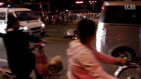 『拍客』风德虱楐——10月2日枣庄十五中学西校门前 车祸后的众怒
