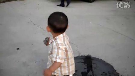 儿子蹲着尿尿了