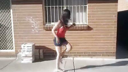 鬼步舞6个基础舞步视频 美女超短裙跳曳步舞真大胆