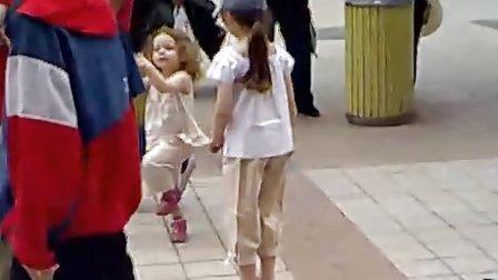 北京街头跳舞的外国小孩
