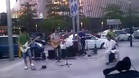 深圳街头的超强艺人演绎 赛马图片