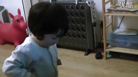可爱女宝宝疯狂跳舞