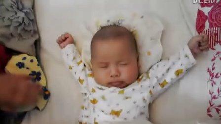 75天宝宝早上起床伸懒腰
