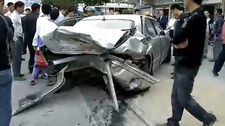 子车祸_新款奔驰c200撞老款s350 车祸 狂撞