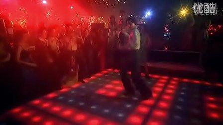 """約翰.特拉沃爾塔在""""周末夜狂熱""""中的經典霹靂舞"""