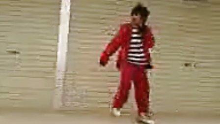 点击观看《鬼步舞基础舞步 墨尔本正宗曳步舞超级滑步》