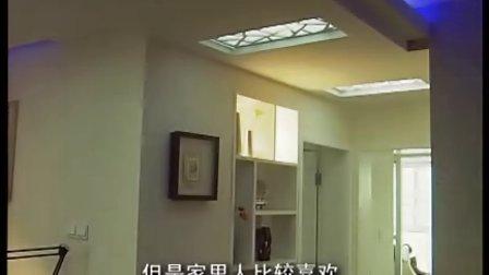 在客厅和餐厅的连接处吊顶上增加了一些中式的花格窗