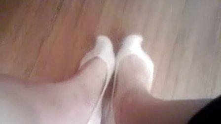 视频/船袜上课竟把耐克鞋和白色薄袜都脱了班花在弄脚(__)