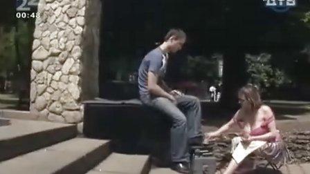 【晓枫视频】爆乳美女擦鞋工街头爆笑恶搞男顾客