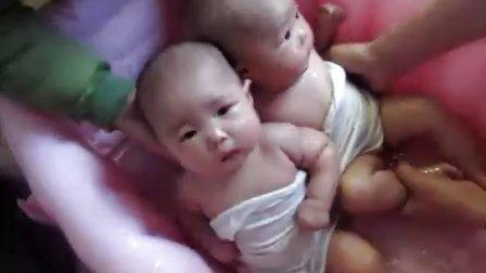 双胎宝宝洗澡澡