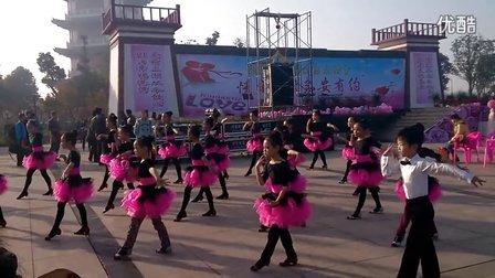 一群可爱的小孩子跳舞
