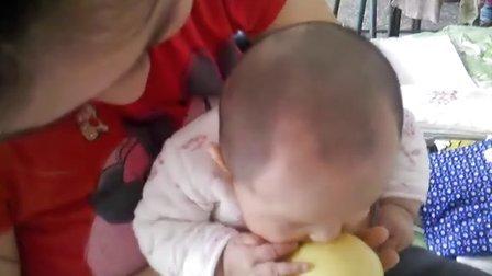 超可爱宝宝吃苹果. 这么大的苹果人家怎么吃啊!