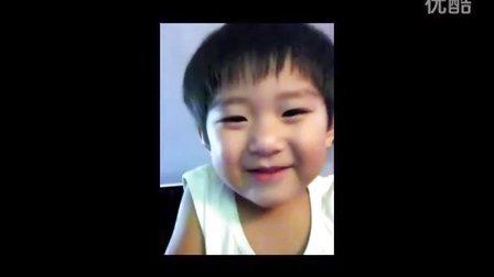 好可爱的小女孩,对着手机摄像头的搞笑表情