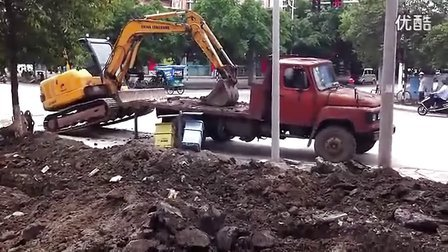 挖掘机上车工作视频