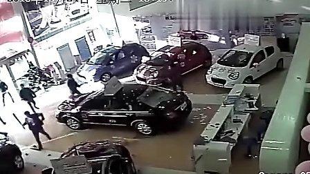 【监拍】黑社会血腥打砸4S店 抡棍棒疯狂砸车