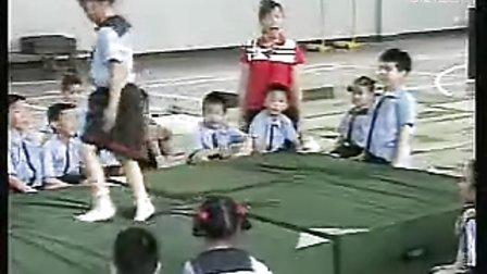 小学一年级体育:滚翻,前滚翻成坐撑_小学优质课视频_视频课堂实录
