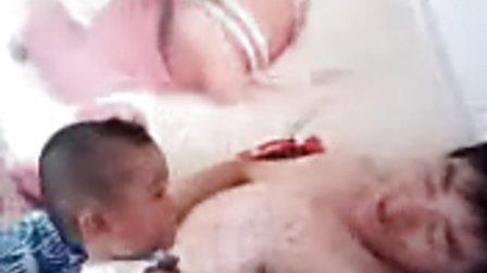 可爱宝宝不让爸爸睡觉太逗了有这样的孩子可怎么办啊