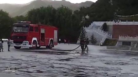 消防车清洗汾河源头广场地面图片