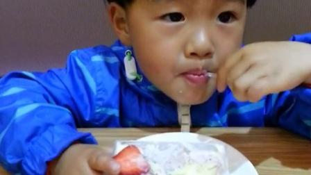 大口吃水果慕斯蛋糕